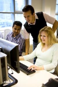 Groep collega's die samenwerken en leren