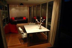 ideale thuiswerkplek interieur 's avonds