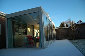 Ideale thuiswerkplek winterochtend en sneeuw